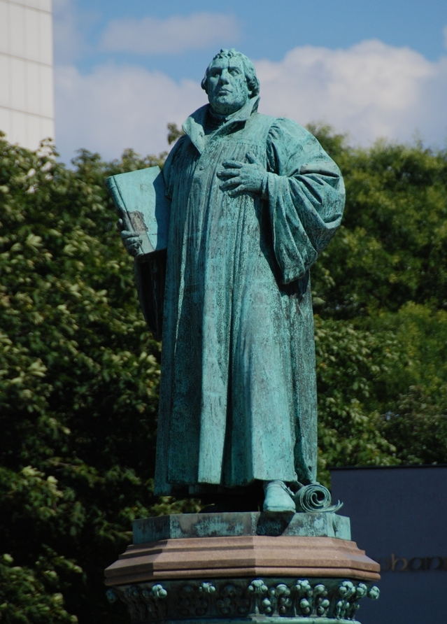 martin-luther-statue-1415991-639x891