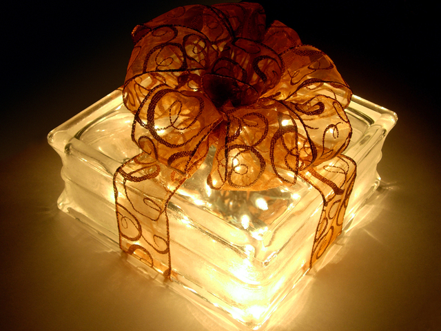 lighted-gift-2-1420395-640x480